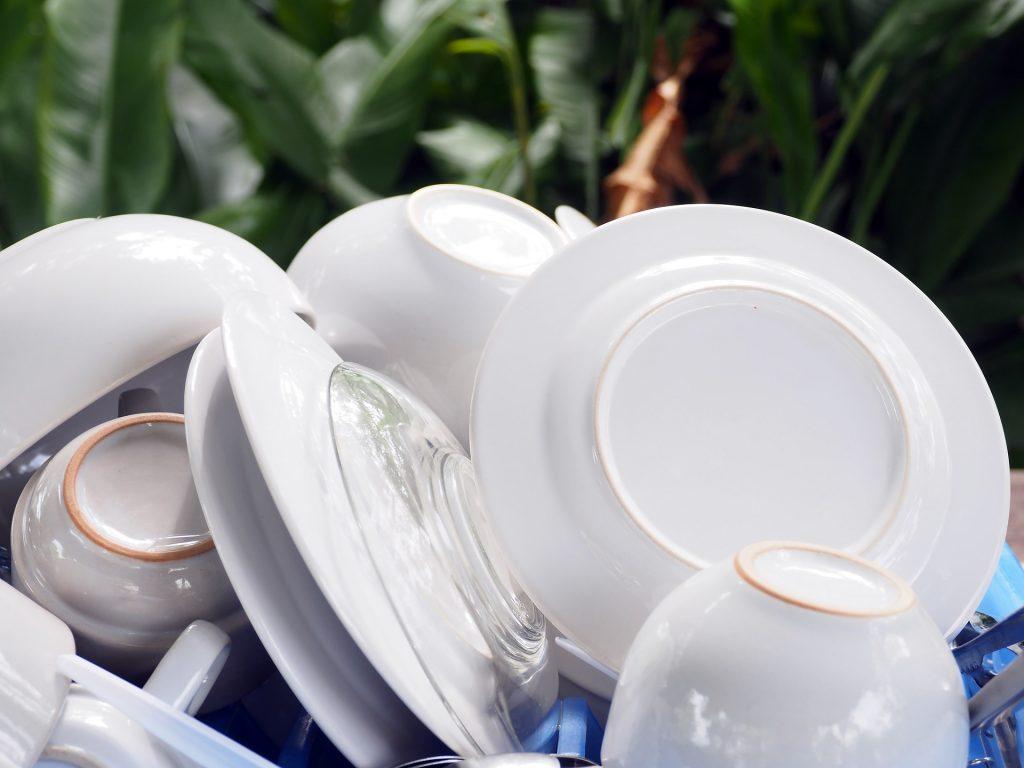Aufgabe Nr. 4 ist spülen - Geschirrspülen. Moderne, sparsame Geschirrspüler sind heute stand der Technik.