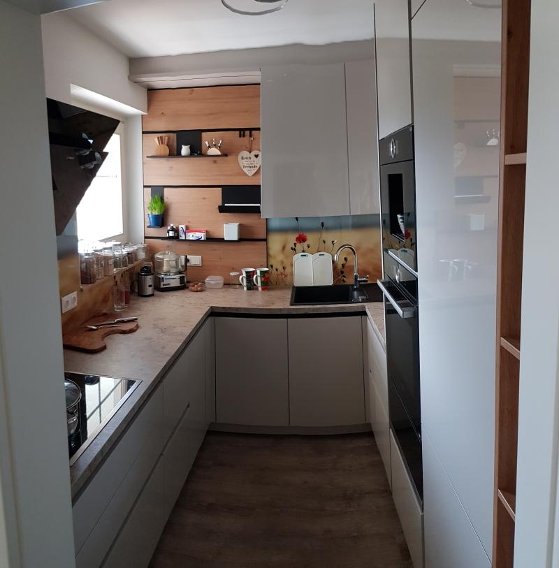 Eine kleine Küche optimal planen ist heute unser Thema. Qualität in Design und Technik. Vom Tischler geplant zu einem Preis der jedem Möbelhaus stand hält. Geht nicht – GEHT SCHON, versprochen.