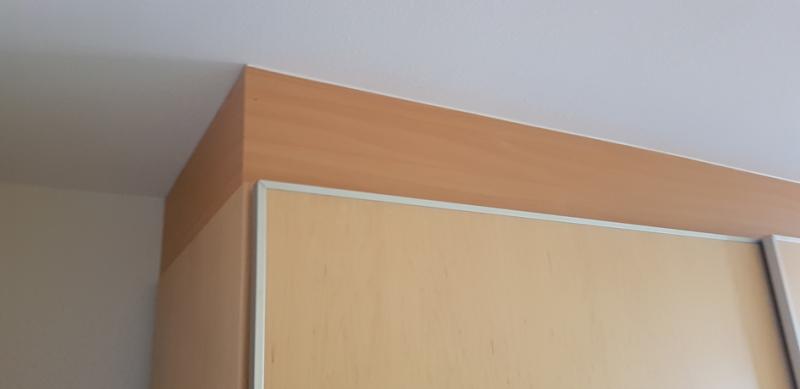 """Ein wesentlicher """"Viel-Staub-Bereich-im-Schlafzimmer"""" ist oberhalb von Kleiderschränken"""